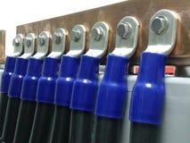 Het koperbusbar van de batterijbank negatief poolblauw in post, beslag stock fotografie