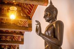Het koperstandbeeld van Boedha in Boeddhismekerk bij Wat Benchamabophit-tempel Stock Afbeelding