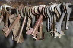 Het koppelwerkwoord van oude roestige sleutels Royalty-vrije Stock Afbeeldingen