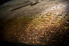 Het koptische geschrift op a coffen van Brij stock foto's