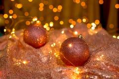 Het koraalkleur van NChristmasballen op de achtergrond van lichten stock afbeelding