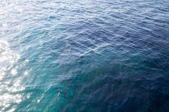 Het koraalrif is zichtbaar door het duidelijke blauwe water Mooie blauwe van de overzeese dichte omhooggaand golffoto Strandvakan stock foto
