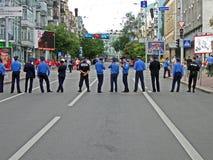 Het kordon van de politie in Kiev vóór gelijke Engeland-Zweden, Stock Fotografie