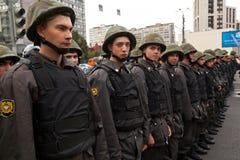 Het kordon van politiemannen een straat in Moskou Stock Afbeelding