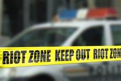 Het kordonband van de relstreek met politielichten Stock Foto's