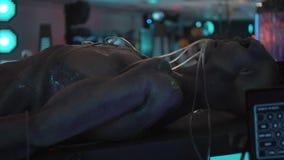 Het korps van humanoid ligt op lijst in medische ruimte van vreemd kosmisch schip stock video