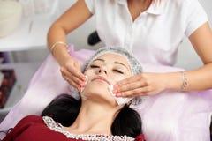 Het kosmetische procedures Mechanische schoonmaken van het gezicht Gezichts drogen veegt af royalty-vrije stock foto's