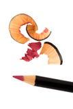 Het kosmetische scherpen van het potlood met schil stock foto