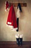 Het kostuum van de kerstman met laarzen op kapstok Stock Afbeeldingen