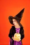 Het kostuum van het het jonge geitjemeisje van Halloween op sinaasappel Stock Foto's