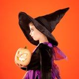 Het kostuum van het het jonge geitjemeisje van Halloween op sinaasappel Stock Afbeelding