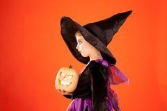 Het kostuum van het het jonge geitjemeisje van Halloween op sinaasappel Royalty-vrije Stock Afbeeldingen