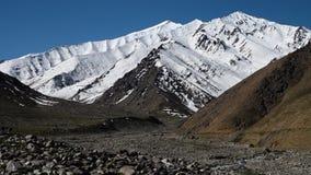 Het koude seizoen in de bergen stock video