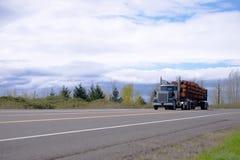 Het krachtige grote installatie semi vrachtwagen vervoeren opent rechte ro het programma Stock Foto's