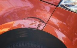 Het krassen op de voorzijde van de auto` s vleugel in een autoreparatiewerkplaats royalty-vrije stock afbeeldingen
