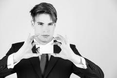 het krediet van de zakenmangreep of adreskaartje, bedrijfsetiquette en ethiek stock foto's