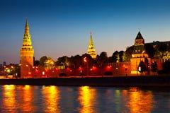 Het Kremlin in de zomernacht Rusland Stock Afbeeldingen