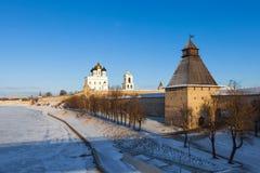 Het Kremlin en de Dovmont-Stad in Pskov stock foto