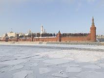 Het Kremlin en het ijs op de rivier Royalty-vrije Stock Afbeeldingen