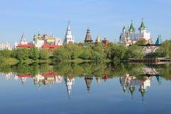Het Kremlin in Izmailovo in vroege de lenteochtend van Moskou Rusland met bezinning in het blauwe water van de vijver royalty-vrije stock afbeeldingen
