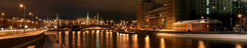 Het Kremlin Moskou de hoofdstad van Rusland is een historisch monument de van de de brugmuur van de woonplaatsrivier ster van de  stock foto