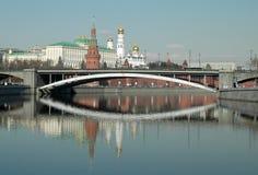 Het Kremlin, Moskou en de bezinning over de Moskva-Rivier stock afbeeldingen