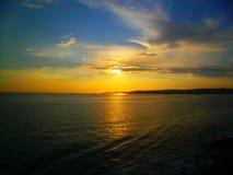 Het krijgen in het overzees en de zonsondergang royalty-vrije stock fotografie