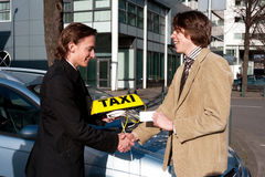 Het krijgen van de taxivergunning Stock Foto's