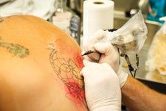 Het krijgen van een tatoegering Royalty-vrije Stock Afbeelding