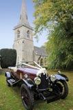 Het krijgen van gehuwde huwelijkskerk en auto Royalty-vrije Stock Foto's