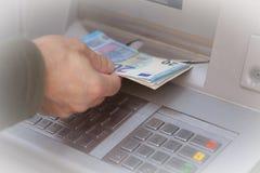 Het krijgen van Geld bij ATM Royalty-vrije Stock Foto's