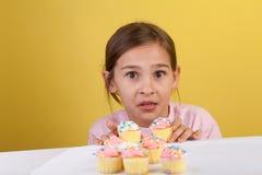 Het krijgen van gevangen diefstal cupcakes Royalty-vrije Stock Afbeeldingen