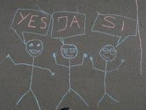 Het krijt die van kinderen op asfalt trekken Stock Fotografie