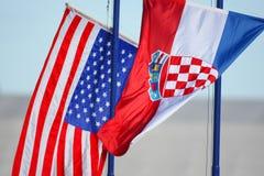 Het Kroatische en Amerikaanse vlaggen golven Stock Afbeeldingen