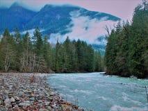 Het kronkelen rivier op een aardige de zomerdag dichtbij othellotunnels royalty-vrije stock foto