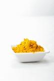 Het kruid van de saffraan in witte schotel stock afbeeldingen