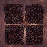 Het kruid van de steranijsplant op donkere geroosterde koffiebonen Stock Foto