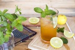 Het kruiden gezonde water van de de theecocktail van de dranken koude citroen stock foto