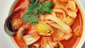 Het kruidige Tom Yam-soep spinnen op lijst stock footage