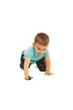 Het kruipen en het spel van de jongen met kleine stuk speelgoed auto Stock Foto