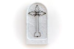 Het kruis bewerkte ijzer van het witte marmeren, godsdienstige die symbool van Carrara op witte achtergrond wordt geïsoleerd Stock Foto