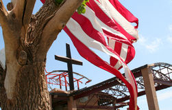 Het kruis, de Vlag, de Tornado stock foto