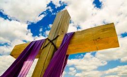 Het kruis met purple drapeert of sjerp voor Pasen Stock Fotografie