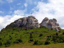 Het kruis op de achtergrond van duidelijke hemel bij hoogste Biaklo (of M Royalty-vrije Stock Afbeeldingen