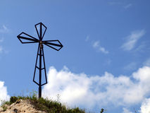 Het kruis op de achtergrond van duidelijke hemel bij hoogste Biaklo (of M Royalty-vrije Stock Fotografie