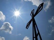 Het kruis op de achtergrond van duidelijke hemel bij hoogste Biaklo (of M Stock Fotografie