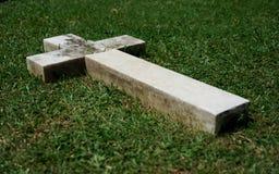 Het kruis van de grafsteen stock foto
