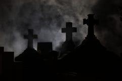 Het kruis van de grafsteen in Kerkhof. Stock Afbeeldingen