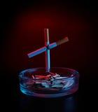 Het kruis van de sigaret op asbakje Stock Afbeelding