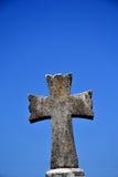 Het kruis van de steen op een blauwe hemel Royalty-vrije Stock Afbeeldingen